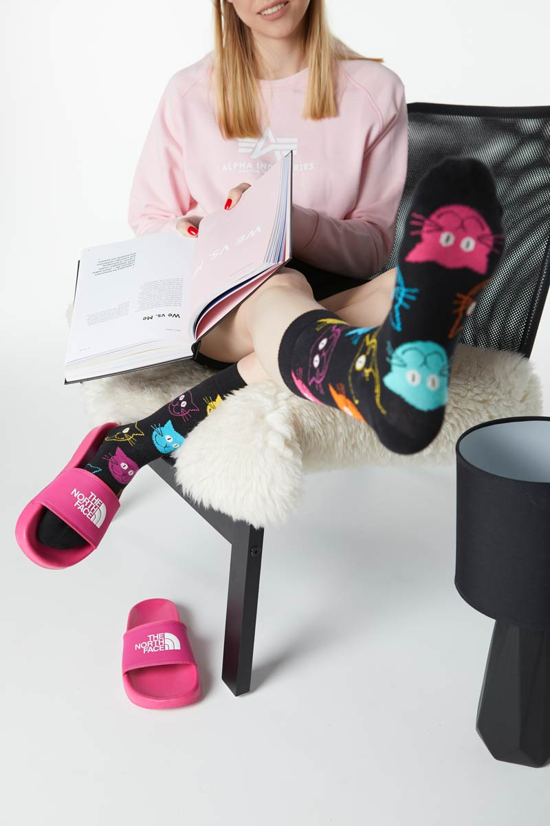 Klapki różowe The North Face i skarpety Happy Socks Cat