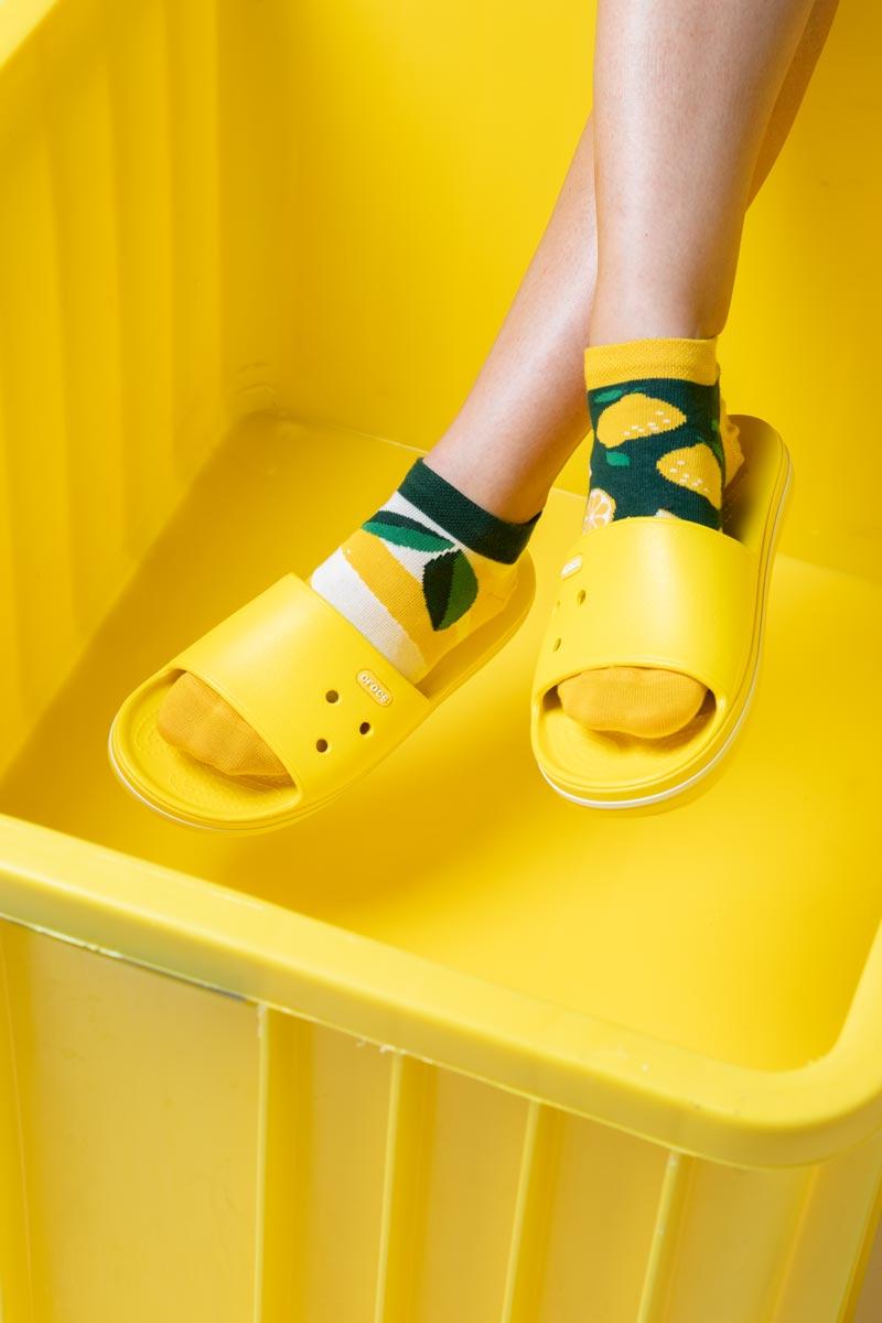 Chodaki Crocs lemonwhite i skarpety many Mornings lemon