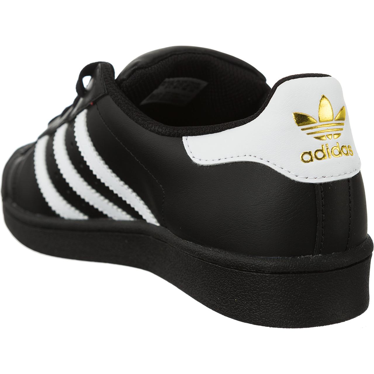 adidas superstar czarne na nogach